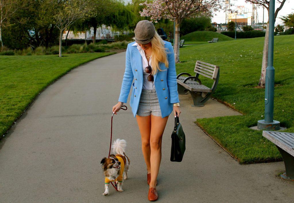 promener-son-chien-en-short-dans-un-parc